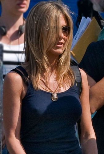 Jennifer Aniston Gets Perky for Dave Matthews-photo