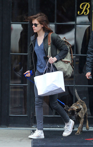 Kristen Stewart Takes Robert Pattinson's Dog ভালুক Out in NYC
