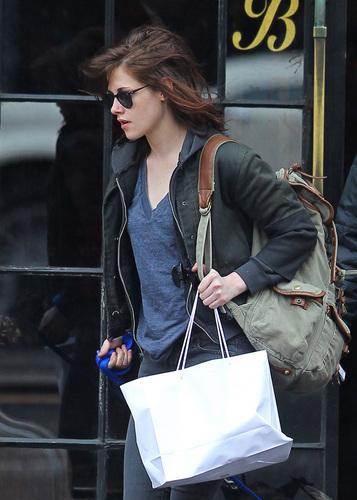 Kristen Stewart Takes Robert Pattinson's Dog beruang Out in NYC