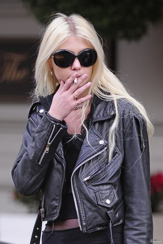 Taylor Momsen پیپر وال containing sunglasses titled May 06th - Taylor shopping with her mother