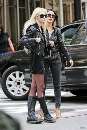 May 06th - Taylor shopping with her mother