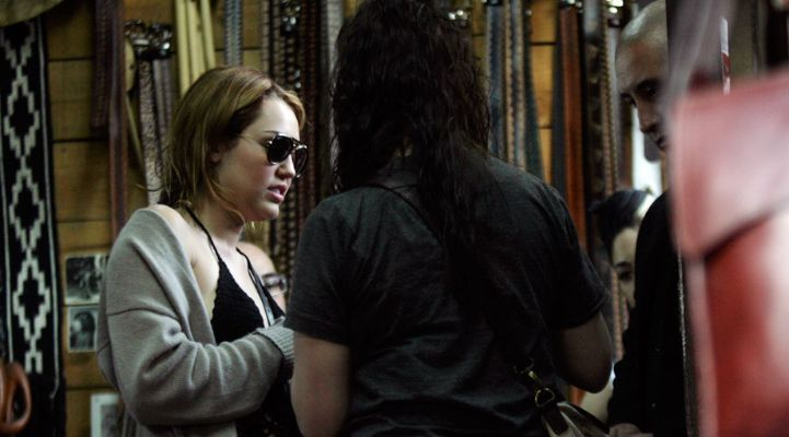 Miley - Shopping in Chile (3rd May 2011)