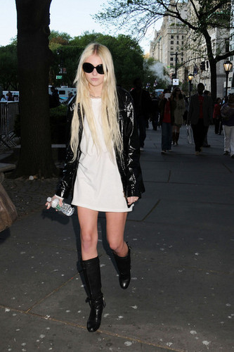 Taylor Momsen, 17, of The Pretty Reckless crossing the jalan, street in NYC