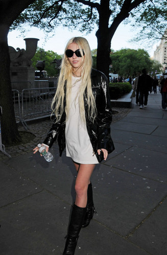 Taylor Momsen, 17, of The Pretty Reckless crossing the 거리 in NYC