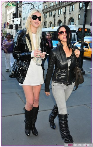 Taylor Momsen, 17, of The Pretty Reckless crossing the सड़क, स्ट्रीट in NYC