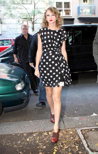 Taylor mwepesi, teleka Dresses and Outfits