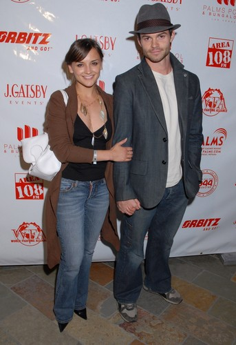 Daniel Gillies 壁紙 containing a business suit, a sign, and long trousers called Daniel Gillies & Rachael Leigh Cook