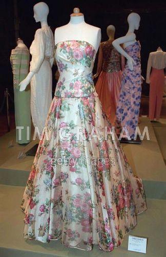 Princess Diana karatasi la kupamba ukuta titled Diana Dresses Sold At Auction