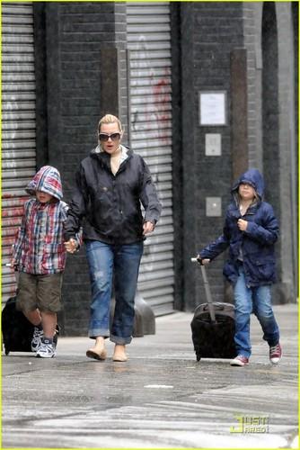 Kate Winslet: Rainy 日 Walk