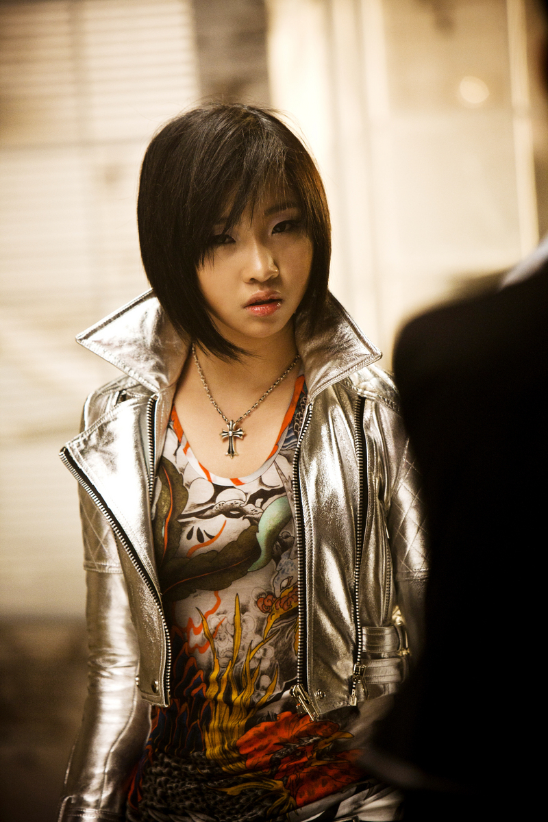 http://images4.fanpop.com/image/photos/21800000/Minzy-Lonely-Promo-2ne1-21880276-800-1200.jpg