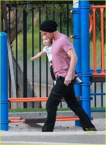 Cam Gigandet: Playground tarehe with Everleigh!