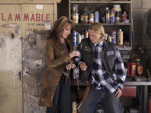 Gemma Teller Morrow fondo de pantalla possibly containing a business suit, a tobacco shop, and a puesto de periódicos called Gemma & Jax