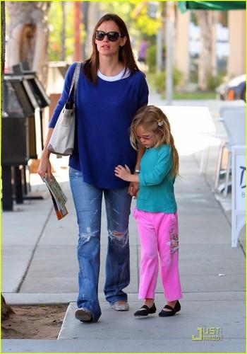 Jennifer Garner: Santa Monica Snack with Violet!