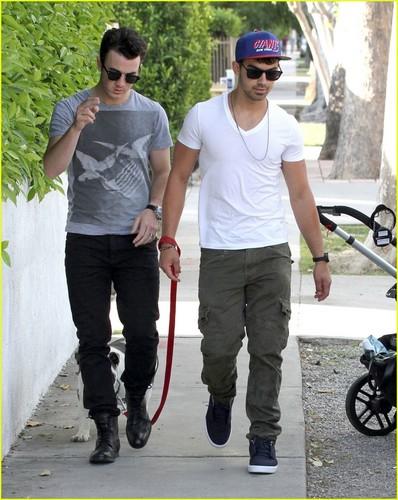 Joe & Kevin Jonas Walk Winston (05.09.2011)