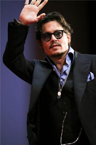 Джонни Депп Обои containing a business suit titled Johnny depp Premiere of Pirates of the Caribbean4- Russia 11.05.2011