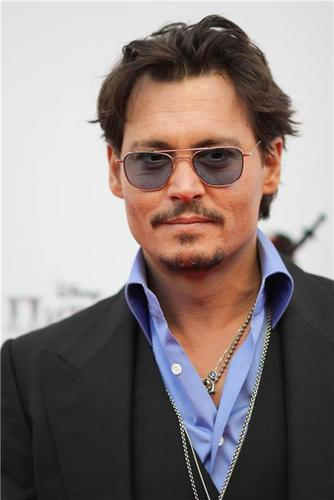 Johnny Depp Hintergrund with a business suit titled Johnny depp Premiere of Pirates of the Caribbean4- Russia 11.05.2011