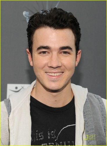 Kevin Jonas Gets A Big Time Rush (05.07.2011)