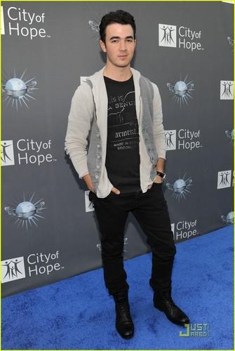Kevin Jonas Gets A Big Time Rush (05.07.2011)