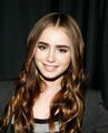 Lily Collins visits the 사과, 애플 Store Soho.