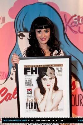 Posing with her 'FHM haut, retour au début 100 sexiest women of the world' in Australia