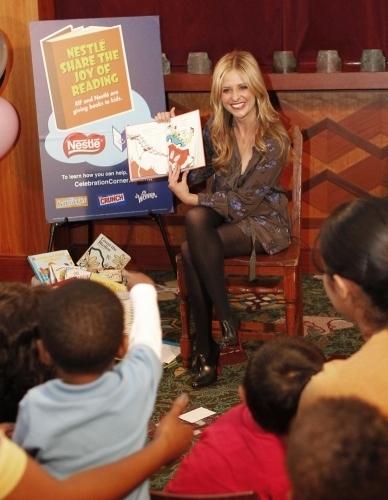 Sarah 읽기 to children and the LA Public 도서관, 라이브러리 - 2011