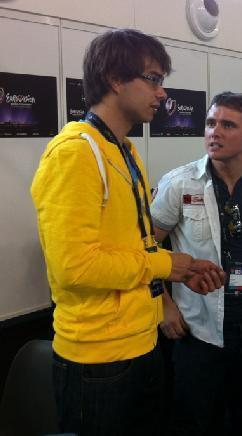 Alex i sin gule hettejakke