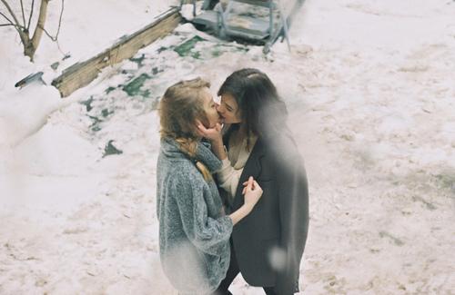 Телки целуются фото