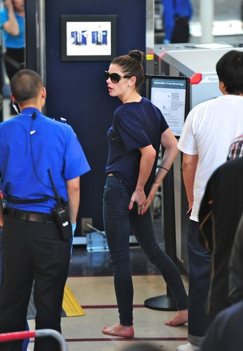 New mga litrato of Ashley Greene departs LAX - May 15, 2011 - MQ