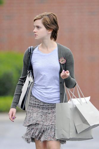 New foto of Emma Watson leaving J Crew in Pittsburgh