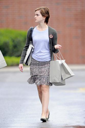 New các bức ảnh of Emma Watson leaving J Crew in Pittsburgh