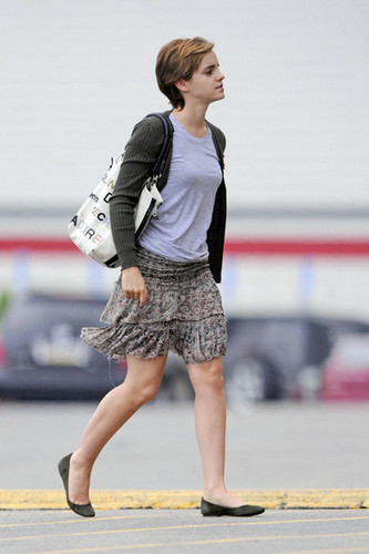 New 사진 of Emma Watson leaving J Crew in Pittsburgh