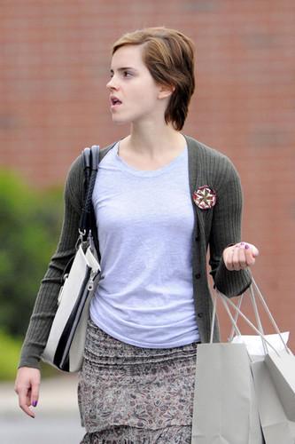 New 写真 of Emma Watson leaving J Crew in Pittsburgh