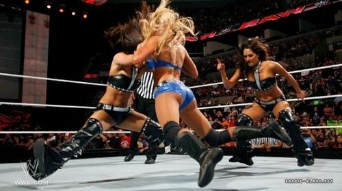 Raw 16.05.11 | Kelly vs. Brie Bella /w Nikki Bella & Kharma's Attack.