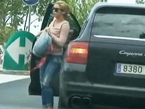 Shakira achtergrond probably containing a straat called Shakira takes classes in Barcelona streptease