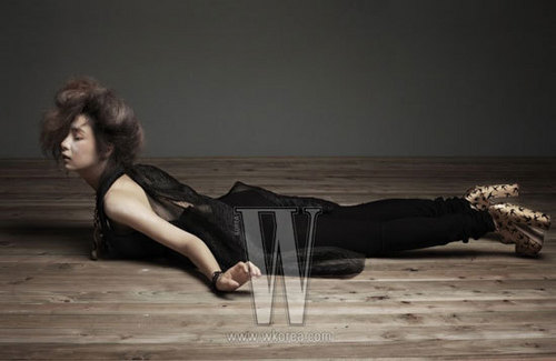 Shin Se Kyung wallpaper possibly with a family room, a living room, and a den called Shin Se Kyung - For W Korea