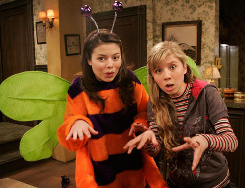 iCarly wolpeyper probably with a kitten and a kalye titled carly and sam
