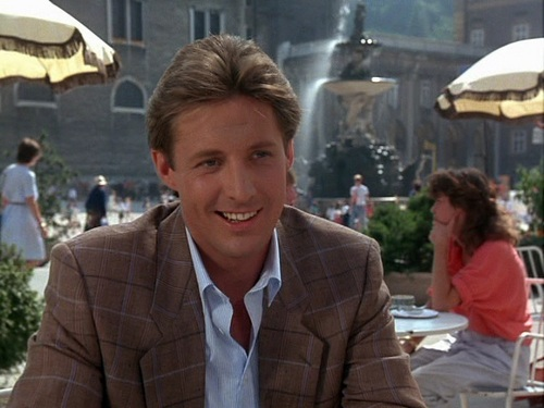 Scarecrow and Mrs. King achtergrond possibly with a business suit and a straat entitled Bruce Boxleitner as Lee Stetson