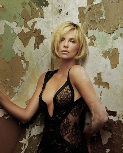 查理兹·塞隆 壁纸 possibly with a bustier, attractiveness, and a leotard titled Charlize Theron