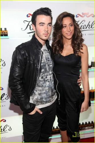 Kevin & Danielle Jonas: Kiehl's Couple (05.18.2011) !!