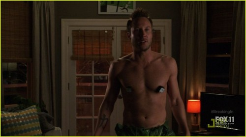 Hottest Actors wallpaper called Michael Rosenbaum: Shirtless on 'Breaking In'
