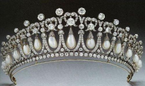 Pearl and diamonds tiara