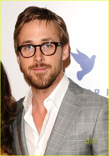 Ryan শিশু-হংসী দেওয়ালপত্র containing a business suit and a suit entitled Ryan Gosling: Cinema For Peace in Cannes!