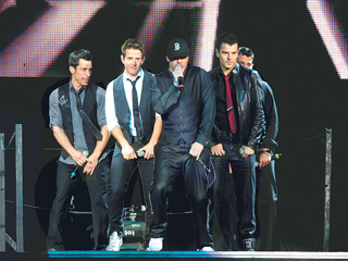 New Kids on the Block 바탕화면 with a business suit, a concert, and a well dressed person titled new kids on the block