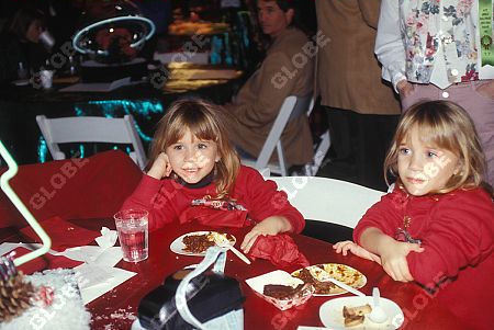 Mary-Kate & Ashley Olsen karatasi la kupamba ukuta with a chajio, chakula cha jioni and an antipasto called 1992 - Annual Hollywood krisimasi Parade