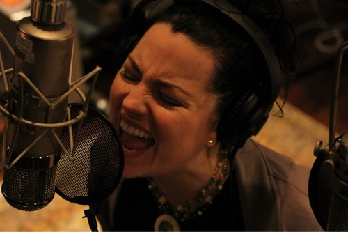 Amy cantar in the studio