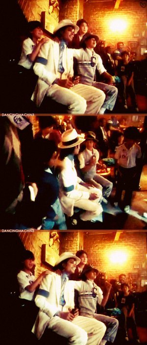 Raridades: Somente fotos RARAS de Michael Jackson. - Página 6 Applehead-michael-jackson-22223258-300-700