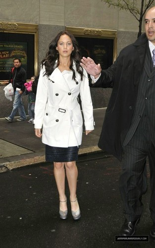 Arriving Late Night with Jimmy Fallon दिखाना (May 20, 2011)