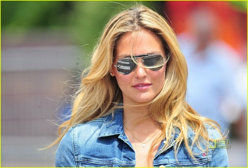 Bar Refaeli: Out with دوستوں in Cannes!