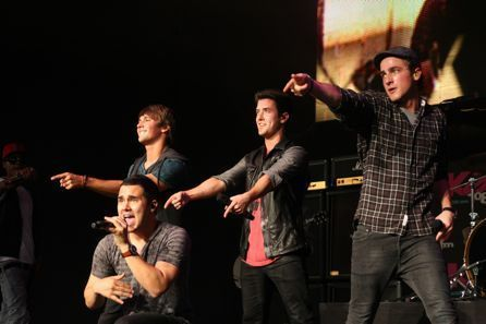 Big Time Rush rocks চুম্বন 108's চুম্বন সঙ্গীতানুষ্ঠান in Boston