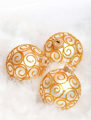 Golden krisimasi ornaments